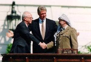 Yitzhak Rabin og Yasser Arafat undertegnet avtalen med president Bill Clinton som vitne i Washington 13. september 1993. (Foto: Vince Musi, Det hvite hus)