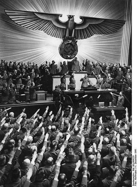 Rikskansler Adolf Hitler hylles med Hitlerhilsen da han entrer talerstolen i den «stortyske» Riksdagen november 1941.   Foto: Deutsches Bundesarchiv