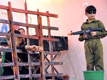 Dette skal fremstille en israelsk soldat sammen med en palestinsk fange.