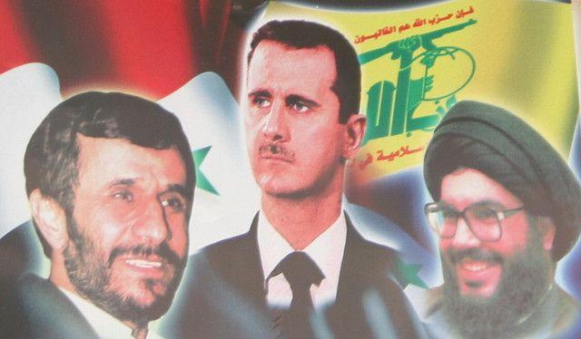 """Hizbollah-produsert propagandaplakat hvor Irans president Mahmoud Ahmadinejad (f.v.), Syrias president Bashar Assad og Hizbollah-leder Hassan Nasrallah er avbildet. Fotografen har døpt bildet """"Treenigheten"""". (Foto: Sean Long, flickr.com)"""
