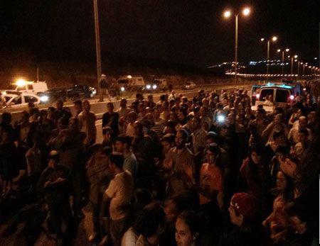 Israelske bosettere samlet til protest på angrepsstedet torsdag kveld. (Foto: Koby Shayo)