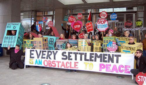Disse demonstrantene markerer sin motstand mot israelske bosetninger på Vestbredden.