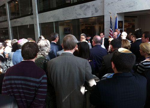 Trengsel på gangen utenfor senatorens kontor.