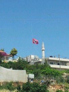 Synet av hakekorset skremmer jødene i området. Landsbyen hvor flagget vaiet ligger like ved hovedveien mellom to av jødenes helligste byer, Jerusalem og Hebron. (Foto: Shneior Nachum Sochat, Tazpit)