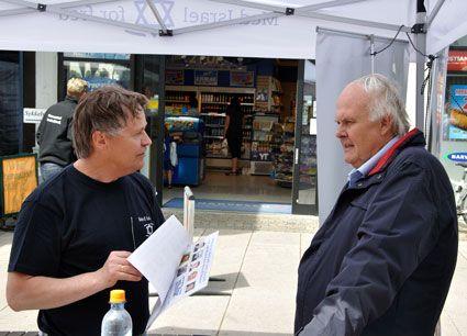 Bengt Ove Nordgård og Hans Petter Grønvold fra MIFF Østfold i samtale på standen. (Foto: Kjetil Hansen)
