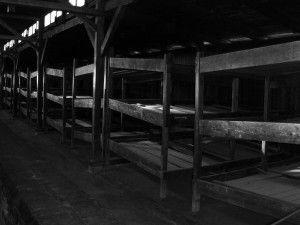 Inne i en av sovebrakkene i Auschwitz (Foto: Andrea Grosso, flickr.com)