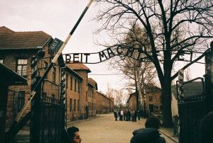 Hovedinngangen til Auschwitz (Foto: Monica Kelly, flickr.com)
