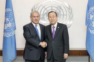 Netanyahu (f.v.) sammen med FNs generalsekretær Ban Ki-moon (Foto: Rick Bajornas, UN Photo)