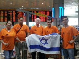 Medlemmer av redningsteamet til F.I.R.S.T på Ben Gurion-flyplass rett før avreise. Fra høyre: Daniel Grupel, Nitai Reich, Avi Bachar, Tsafrir Shifman og Vardit Aloni (Foto: Tazpit News Agency)