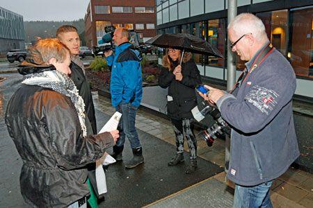 De to ensomme Palestina-aktivistene utenfor konferanselokalet var mer interessante for de lokale Stavanger-mediene enn den nylig avgåtte olje- og energiministeren som talte inne i konferansesalen. (Foto: Tor-Bjørn Nordgaard)