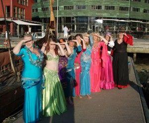 Danserne som skal opptre under festmiddagen lørdag kveld. (Foto: Privat)