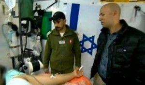 Her behandles en av de mange syriske pasientene ved feltsykehuset. Foto: Skjermdump fra Channel 2.