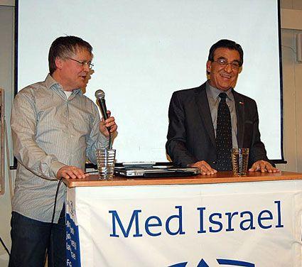 Ambassadør Naim Araidi (t.h.) blir tolket av Bengt-Ove Nordgård på møte i MIFF Østfold. (Foto: Privat)