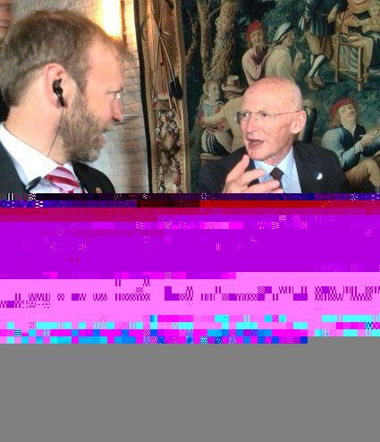 Presidentens svigersønn og livlege Rafi Walden i samtale med sikkerhetsvakt.