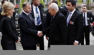 Stortingspresident Olemic Thommessen tar imot president Peres utenfor Stortinget. (Foto: Tor-Bjørn Nordgaard.)
