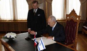 Her skriver president Shimon Peres sin hilsen i gjesteboken på Stortinget. (Foto: Tor-Bjørn Nordgaard.)