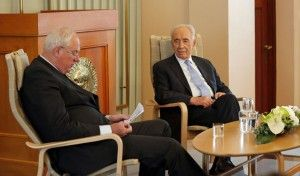 Nobel-direktør Geir Lundestad ledet samtalen med president Shimon Peres på Nobel-instituttet tirsdag. (Foto: Tor-Bjørn Nordgaard.)