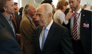 President Shimon Peres på vei ut av Nobel-instituttet etter samtalesesjonen. (Foto: Tor-Bjørn Nordgaard.)