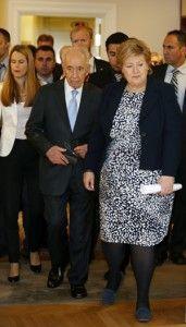 Her kommer Shimon Peres og Erna Solberg ut fra møtet for å holde pressekonferanse i statsministerboligen. (Foto: Tor-Bjørn Nordgaard.)