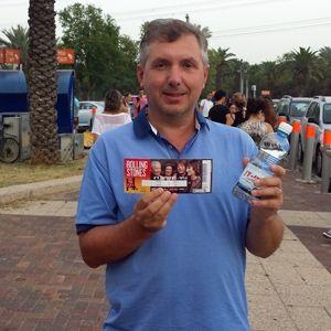 MIFFs medlemsutvikler Geir Knutsen med konsertbilletten i hånden. (Foto: Privat.)