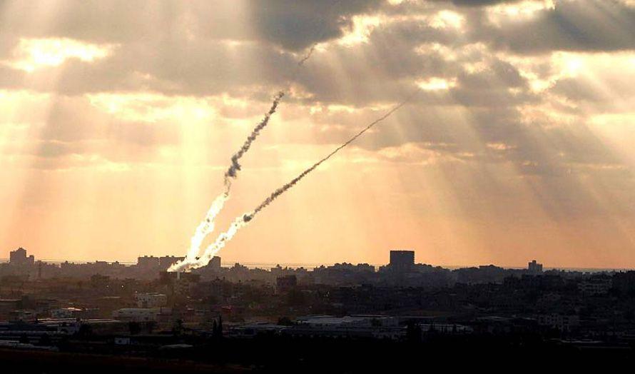 To raketter i luften på vei fra Gaza mot Israel. (Illustrasjonsfoto: Tipinfo / Flickr.com)