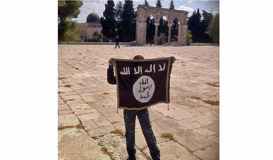 En palestinsk ungdom holder opp IS-flagget på Tempelhøyden i Jerusalem. (Foto: Facebook)