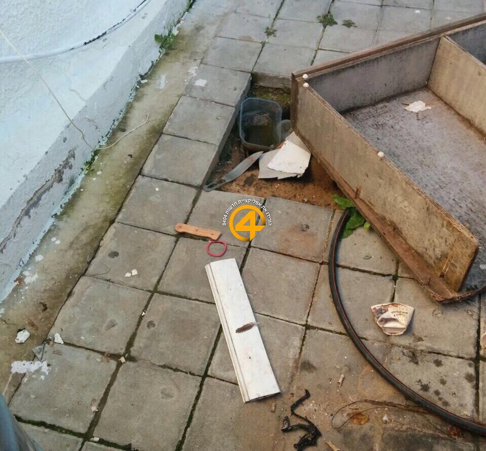 Den israelske nyhetstjenesten 0404 på Facebook har publisert dette bildet, som skal vise kniven som terroristen brukte i angrepet. Knivbladet og knivhåndtaket i tre er blitt delt.