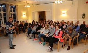 Ido sIdo Cohen snakker til MIFF Vest-Telemark og ungdommer på Kvitsund Gymnas. (Foto: Tor-Bjørn Nordgaard)