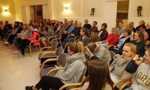 Mange på MIFF-møte på Kvitsund Gymnas i Kviteseid mandag kveld. (Foto: Tor-Bjørn Nordgaard)