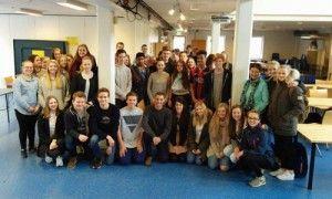 Guy og Ilana med noen av ungdommene de møtte i Stavanger. (Foto: Privat)