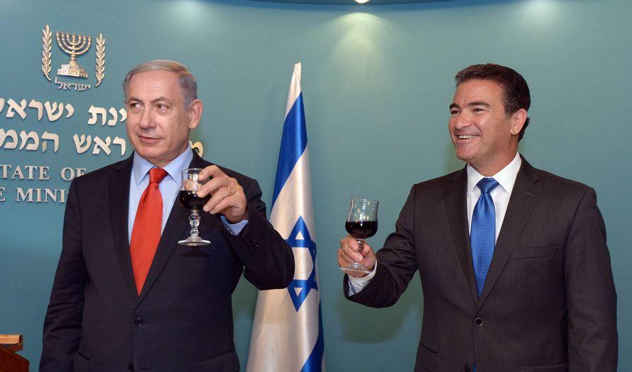 Statsminister Benjamin Netanyahu og påtroppende Mossad-sjef Yossi Cohen. Bildet er tatt da de to utbrakte en skål i forbindelse med den jødiske nyttårsfeiringen i september. (Foto: GPO / Flickr.com)
