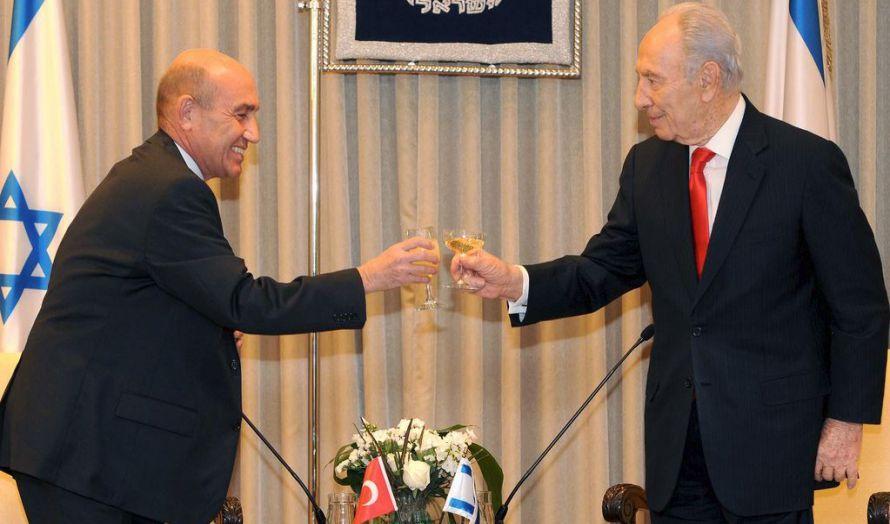 Israels president Shimon Peres ønsket i desember 2009 den nye tyrkiske ambassadøren Ahmet Oguz Celikkol velkommen (Foto: Israelsk UD, Flickr)