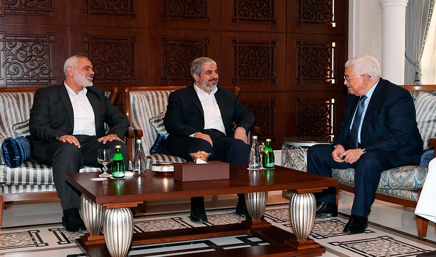 Mahmoud Abbas i møte med lederne for Hamas, Khaled Meshaal (i midten) og Ismail Hanyieh (t.v), i Qatar (Hentet fra Fatah Twitter-konto / Times of Israel)