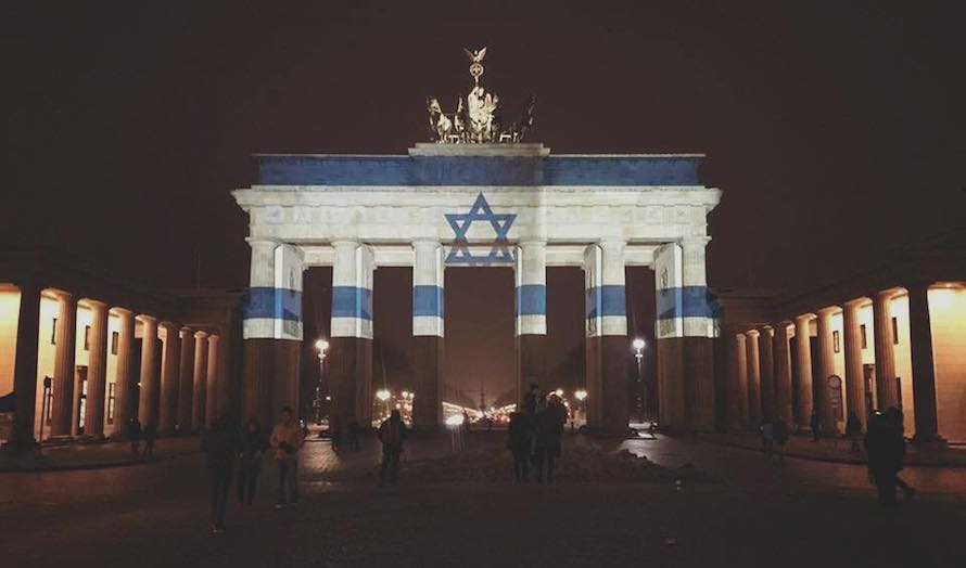Etter terrorangrepet ble Brandenburger Tor lyssatt i de israelske farger. (Foto: Muhammad Zoabi)