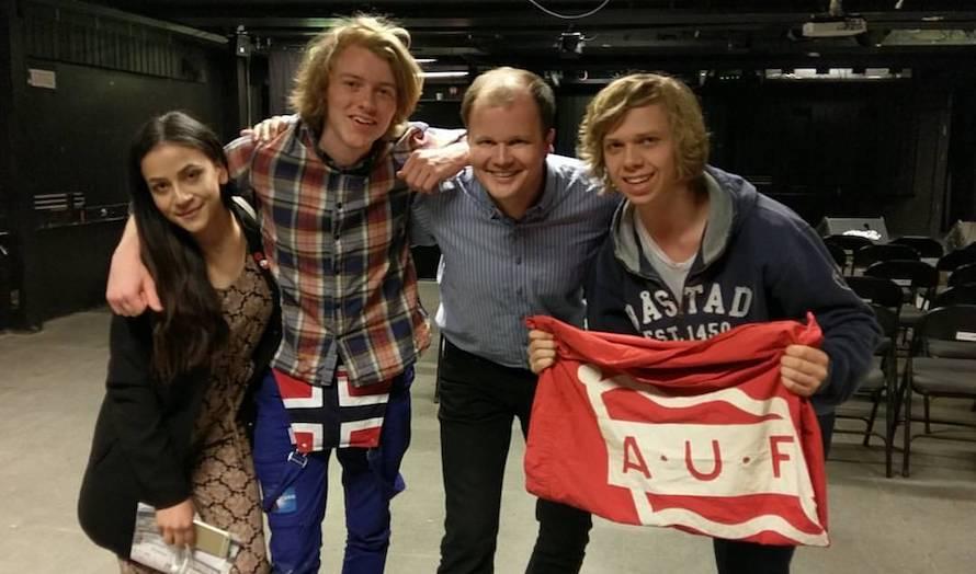 Conrad Myrland, daglig leder i MIFF, sammen med deltakere på AUF-debatten i Stavanger 3. mai 2017. (Foto: Privat)