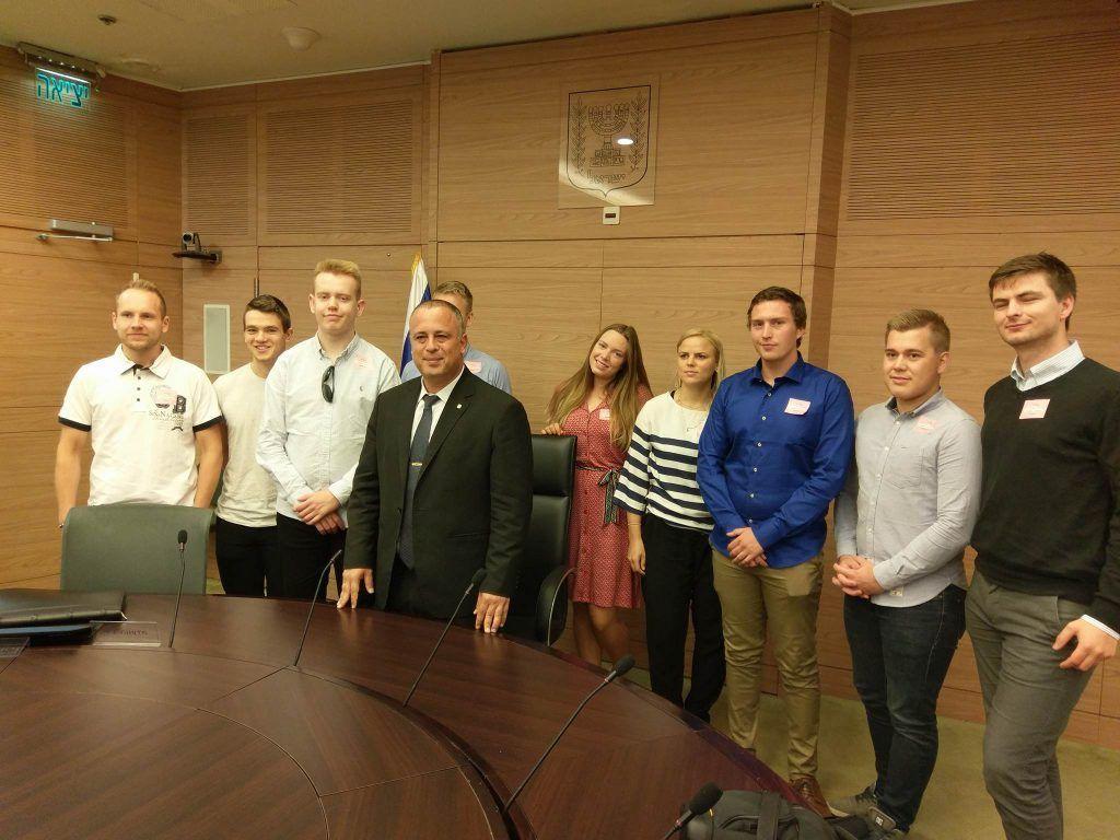 Knessets visepresident Hilik Bar sammen med MIFFs unge talenter. (Foto: Kjetil Ravn Hansen, MIFF)