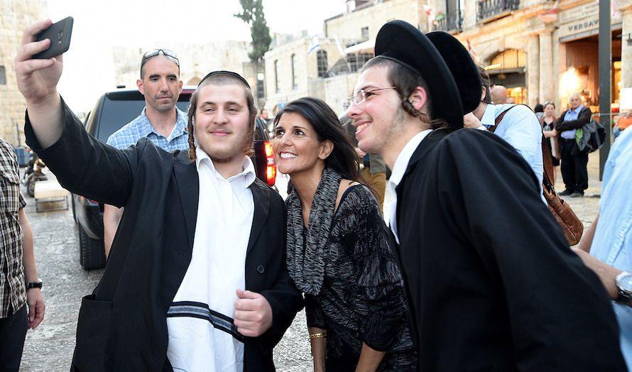 Lokalbefolkningen i Jerusalem ønsket en selfie med den populære FN-ambassadøren. (Foto: US Embassy)