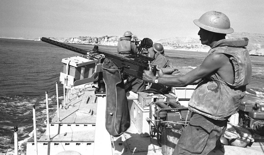 En israelsk båt passerer Tiranstredet under krigen. (Foto: Wikipedia)