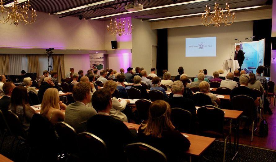 Schutz var første taler ut på Israelkonferansen. (Foto: Bjarte Bjellås)