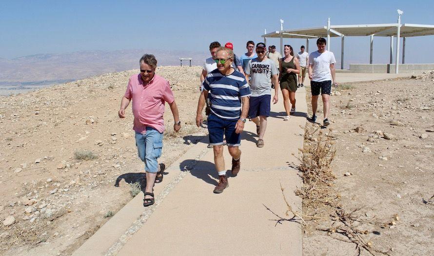 Moti Paz tok MIFFs delegasjon opp på høyden for å demonstrere Jordandalens betydning.