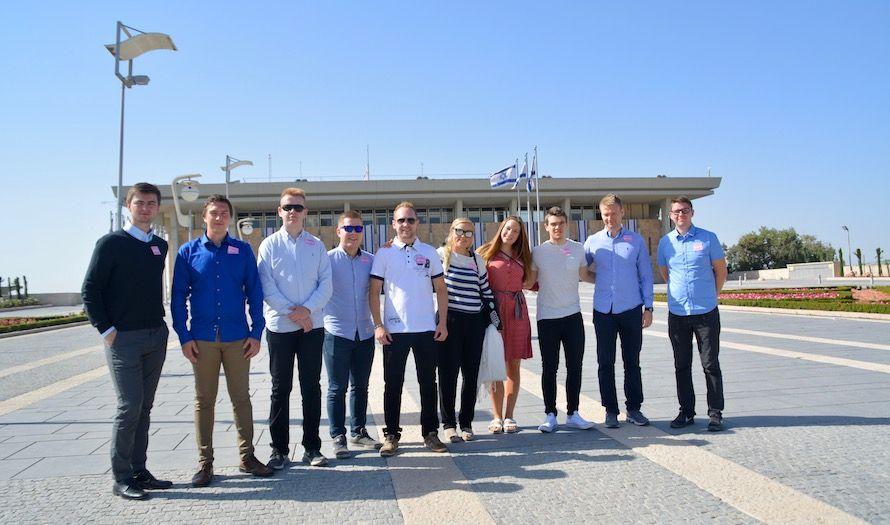 Deltakerne på MIFFs ungdomstur fikk en omvisning i det israelske parlamentet, Knesset. (Foto: Bjarte Bjellås)