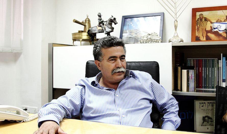 Tidligere forsvarsminister Amir Peretz leder kampen for å bli ny partileder.