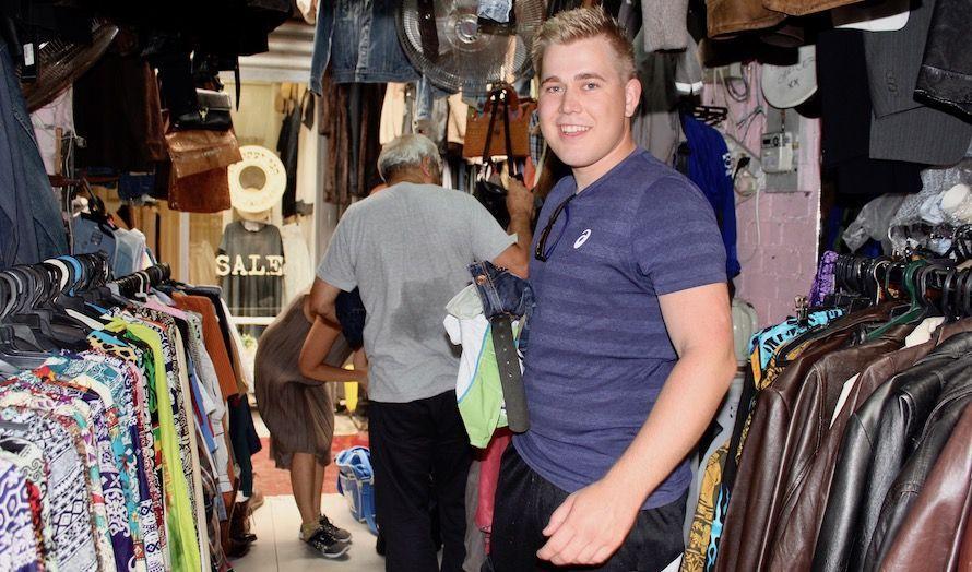 Anbjørn Steinholm Frislid fant noe å handle på markedet i Jaffa. (Foto: Bjarte Bjellås)
