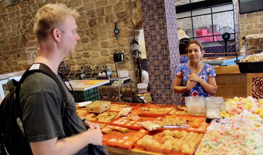 En kvinnelig arabiske bakerieier mener forholdet mellom jøder og arabere er bra i Jaffa.