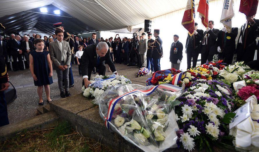 Netanyahu legger ned en krans på minnemarkeringen for de franske jødene. (Foto: Haim Zach)