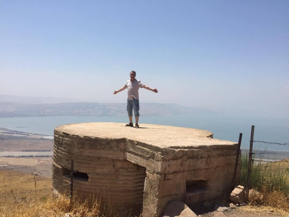 Bengt-Ove Nordgård står på en gammel syrisk stilling på Golan-høyden. Gensaretsjøen i bakgrunnen (Foto: privat)