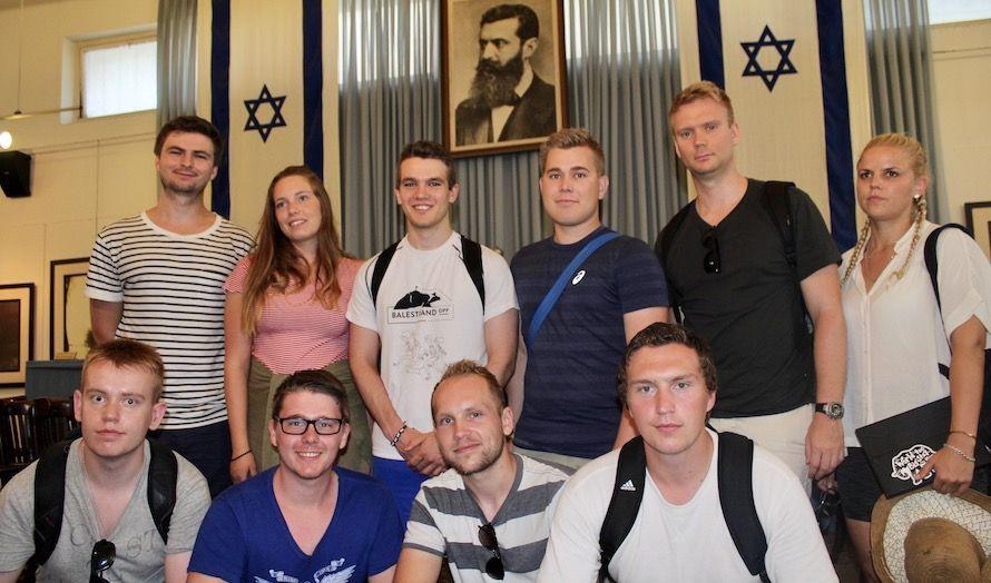 I denne salen ble staten Israel proklamert. I bakgrunnen henger portrettet av Theodor Herzl, som var mannen bak zionismen. (Foto: Bjarte Bjellås)