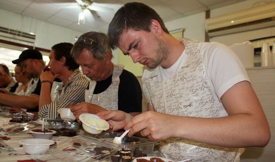 På Israels eldste kibbutz har de en egen sjokoladefabrikk. Deltakerne på turen fikk oppleve å lage sine egne sjokolader. (Foto: Bjarte Bjellås)
