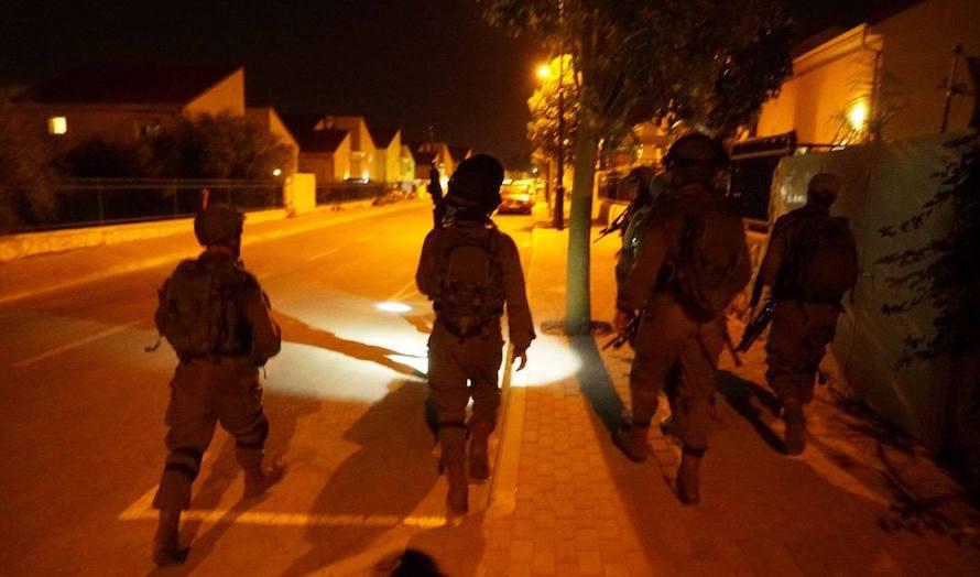Israelske soldater patruljerer nabolaget i bosetningen Halamish etter angrepet. (Foto: IDF)