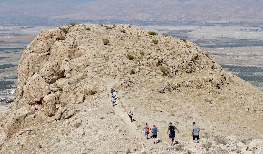 Mange vandret utpå fjellklippen for å oppleve en fantastisk utsikt over Jordandalen. (Foto: Bjarte Bjellås)